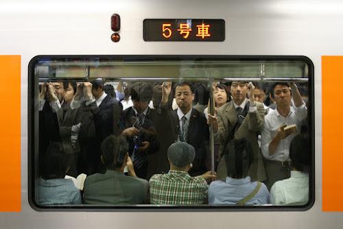 Metrô de Tóquio lotado.