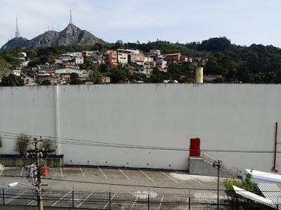 A fábrica Cecilia Dale ( no primeiro plano), a Vila Homero e o Pico do Jaraguá