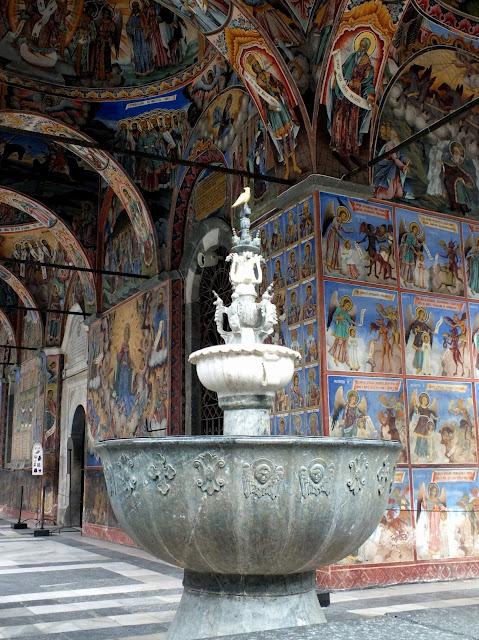 Impresionantes pinturas del pórtico del Monasterio de Rila