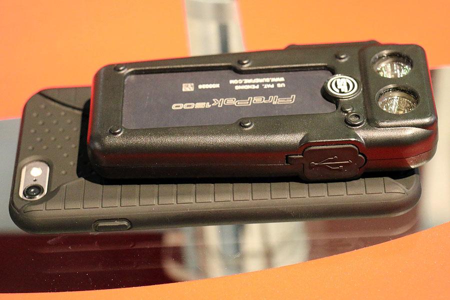 c16aedefca Το FIREPAK από την Surefire είναι φακός που διαθέτει 1.500 lumens είναι  όμως και φορτιστής και μπαταρία για το κινητό! Σε λίγο καιρό διαθέσιμο από  το ...