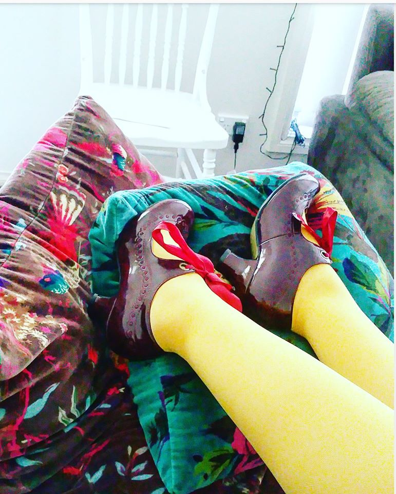 5b8a6a76eec5d She wear yellow compression stockings (Kings Cross Yellow, last season's  German Juzo colour range and deep red shoes with bow ties.