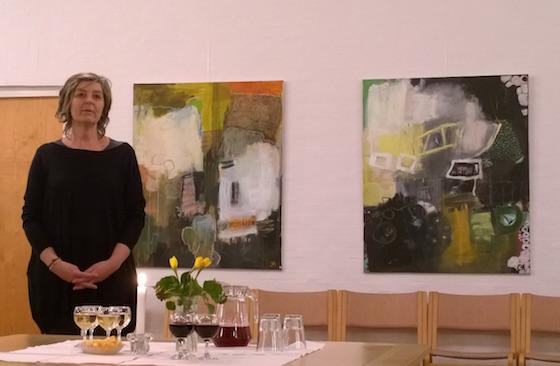 Charlotte Hammershøj foran to af sine store malerier