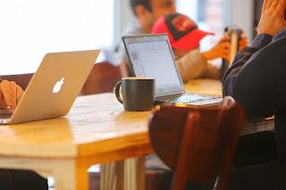 personas trabajando en sus laptops