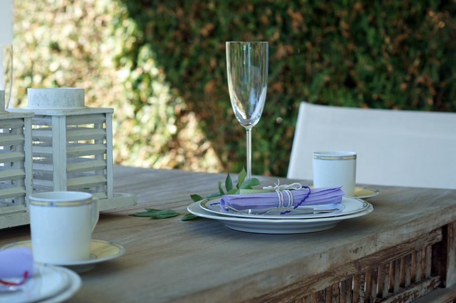 Blog + Fotografie by it's me! fim.works | Muttertagsblumen aus dem Garten | gedeckter Tisch