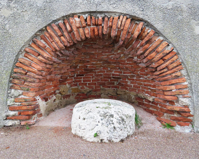 Niche for an old bollard, Via del Molo Mediceo, port of Livorno