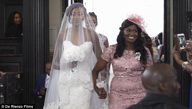 La novia entra con la madrina de la mano en la iglesia - Foto: www.dailymail.co.uk