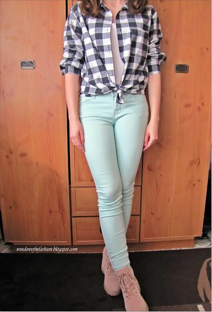 Koszula w kratę, miętowe spodnie, trapery