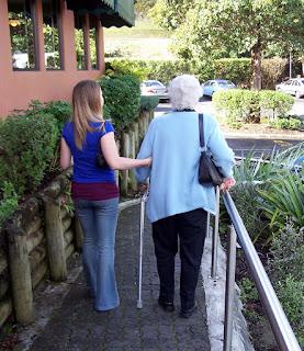 helping the elderly 1437135 1279x1478 - Kryzys po wyjściu ze szpitala i po zakończeniu rehabilitacji
