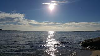 Imgen una tarde de verano con el sol reflejandose en el mar.