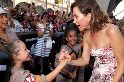 Kristen Wiig meeting Ghostbusters fans
