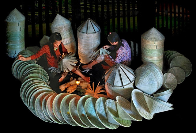Top night market in Vietnam makes conical hats 5