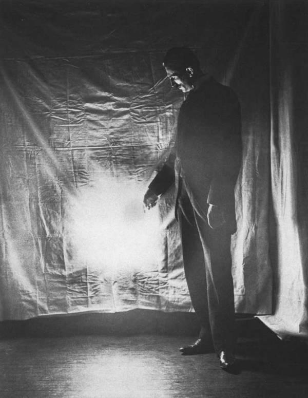 Tesla realiza una prueba en la que lleva una lámpara a pocos metros de un generador, y este sigue brillando. La imagen fue tomada en 1898.