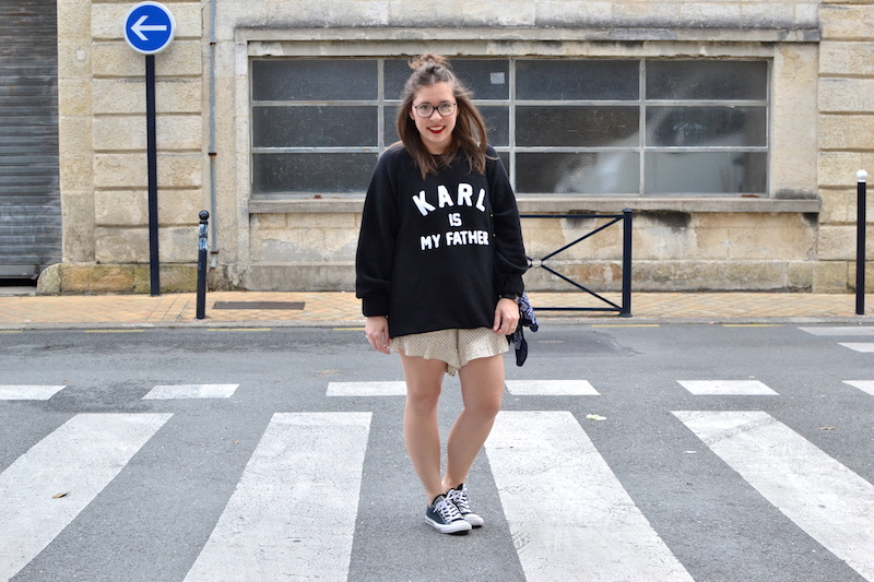 short a volant H&M, sweat noir Eleven Paris , trio bag céline, converse noir