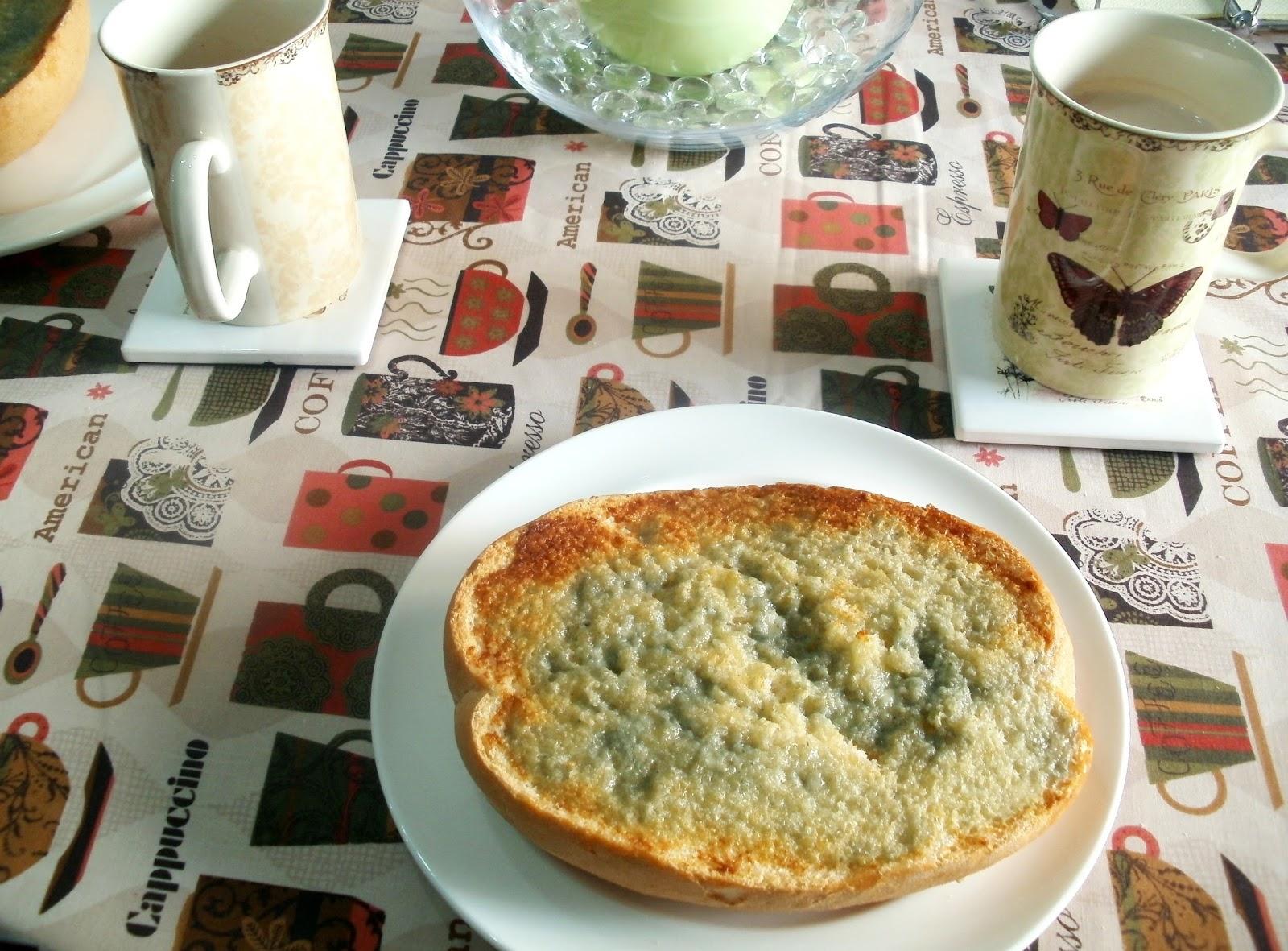 Tostada con queso azul gratinado