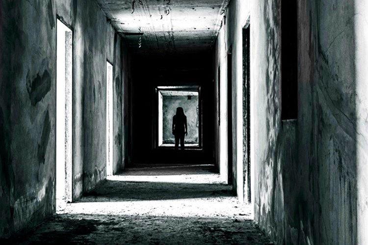 129 numaralı evin son katında yaşayan öğrenciler o gece dairelerinde esrarengiz bir biçimde ölürler.