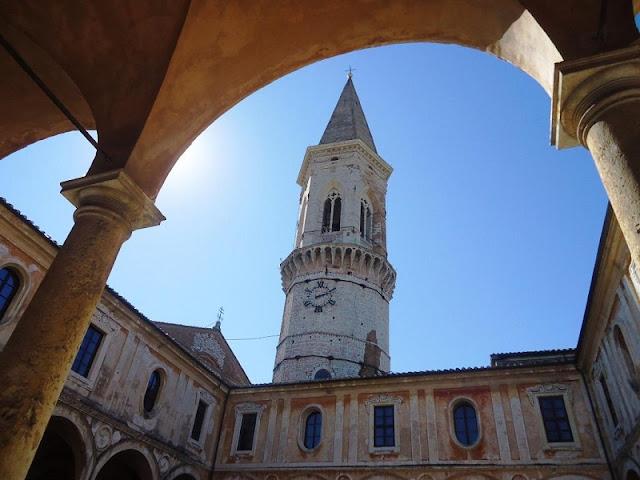 Chiesa di San Pietro localizada um pouco afastada do centro histórico
