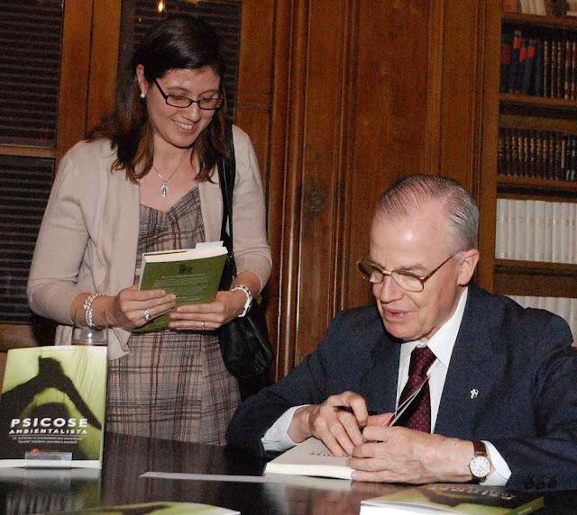 """No lançamento da 1ª edição Dom Bertrand faz dedicatórias. Com a atual 5ª edição o """"Psicose ambientalista"""" atinge 30.000 exemplares"""