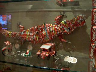 Cocodrilo, moto, y coche hechos con latas de coca-cola.
