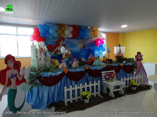 Mesa temática da Pequena Sereia para festa de aniversário infantil de meninas.