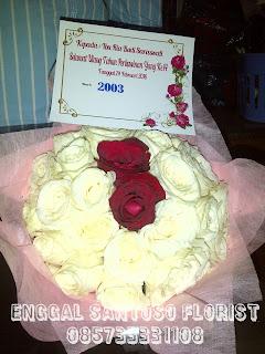 rangkaian buket tangan mawar putih