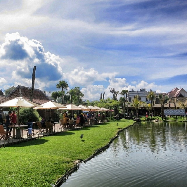 suasana tempat wisata floating market bandung
