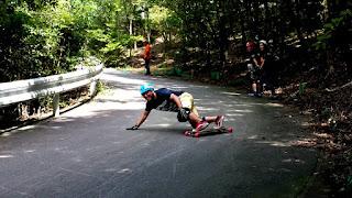 オールドスクールスケーター Rinのフリーライドロングボードスライド