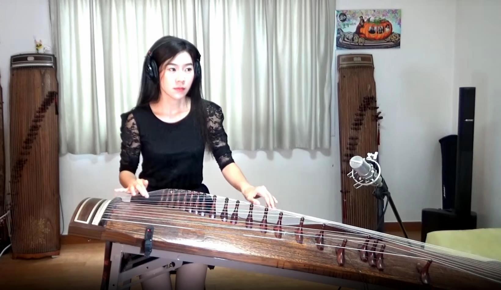 Luna Lee tocando el gayageum