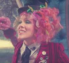 Pink na trilha de Alice Através do Espelho