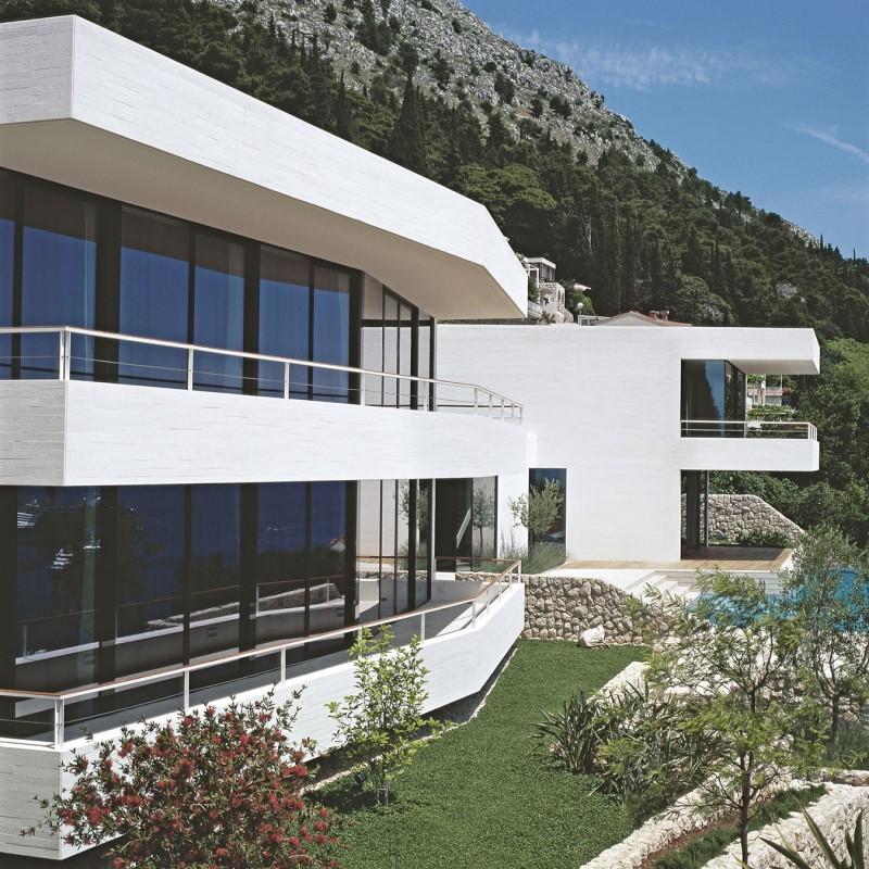 Hogares frescos casa contempor nea con una blanca fachada for Casa y jardin bazaar 2013