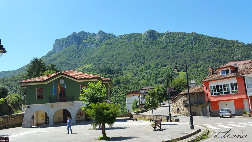 Plaza y ayuntamiento de Campo Caso