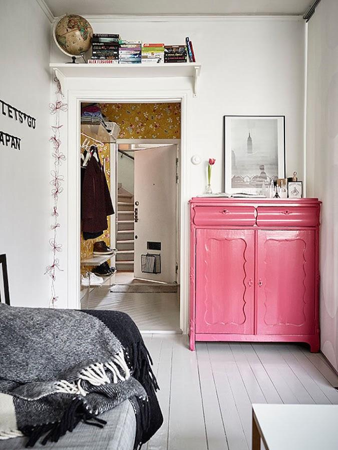 dormitorio salón de piso pequeño con cómoda reciclada