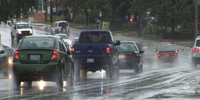 cara aman nyetir mobil dikala hujan