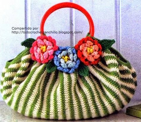 Bello bolso con flores aplicadas al crochet
