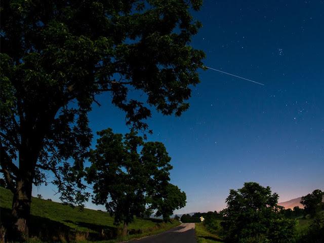 Hình phơi sáng cho thấy ISS đi ngang bầu trời và vẽ thành một đường thẳng, hình chụp từ Elkton, bang Virginia, Hoa Kỳ. Tác giả : Bill Ingalls/NASA.