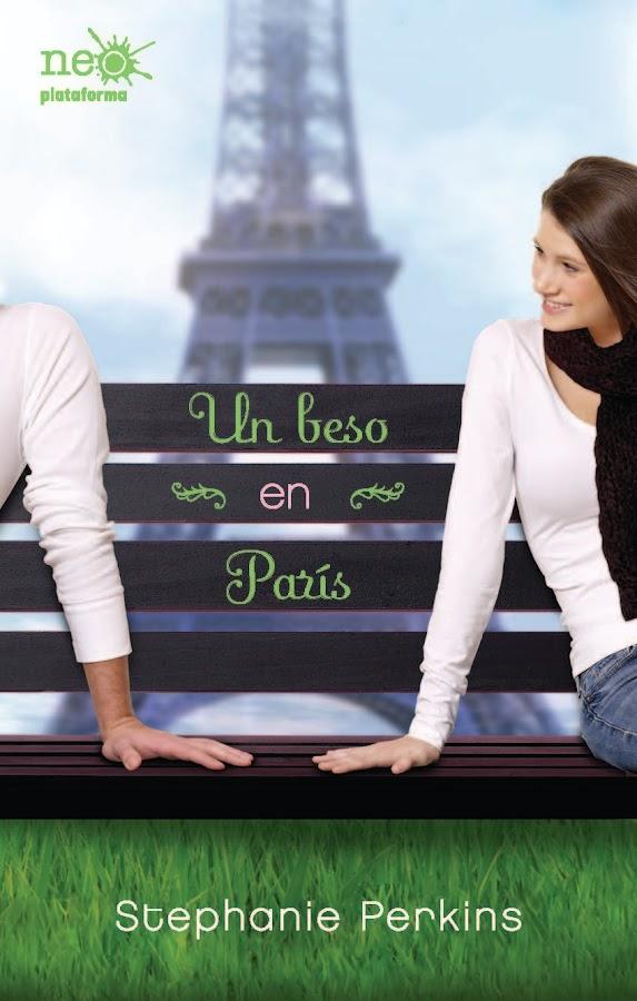 Portada de la novela Un beso en París, de Stephanie Perkins. Una chica joven sentada en un banco con un chico al que no se le ve la cara. Al fondo, la torre Eiffel.