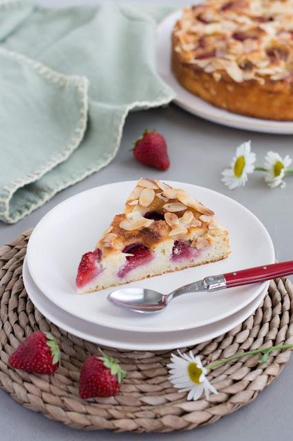 Part de gâteau à la ricotta, amandes et fraises