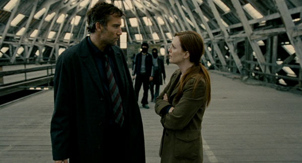 Julianne Moore and Clive Owen in Children of Men