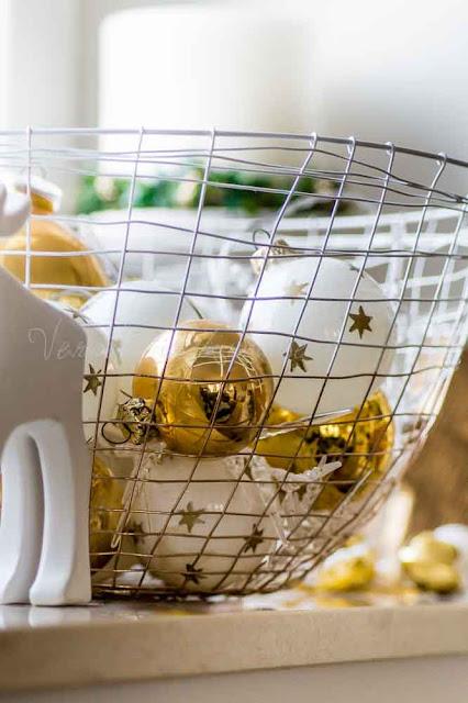 Deko an Weihnachten. Im Metallkorb (House Doctor) goldene Kugeln aus dem Keller