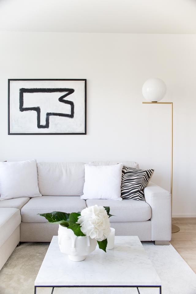 Villa H, olohuoneen loppukesän sisustus, classic collection, marmori pöytä