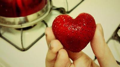 strawberry berbentuk hati