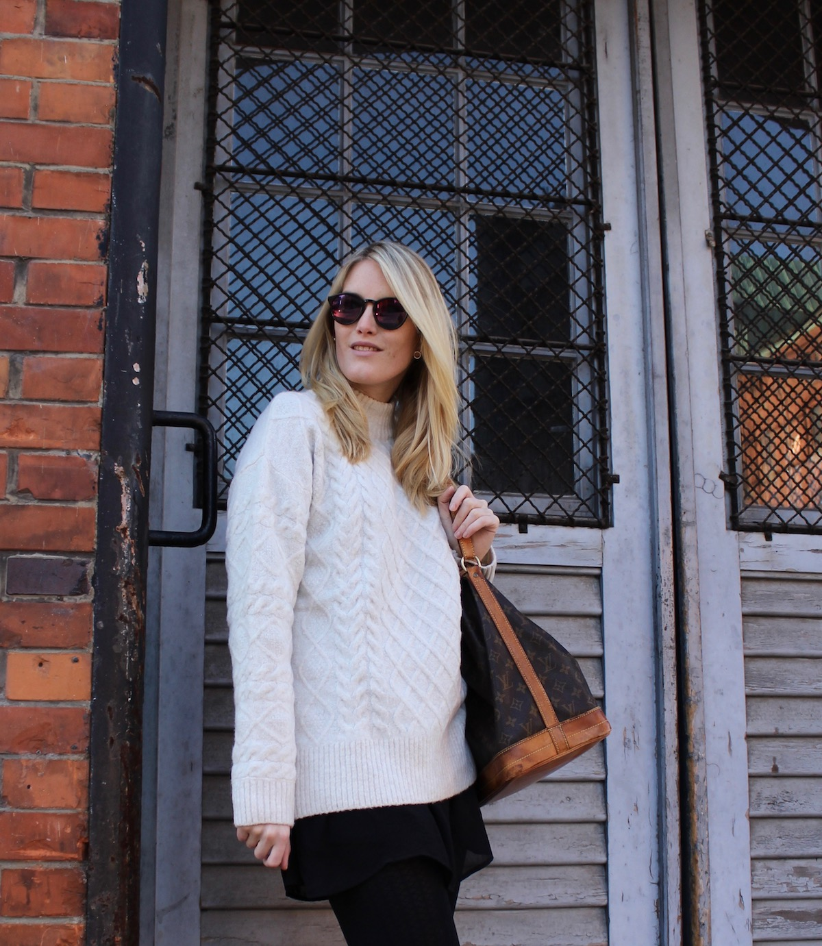 Outfit Fashionblogger Speicherstadt Hamburg Knit Pullover Louis Vuitton Sac Noé Vintage Designertasche