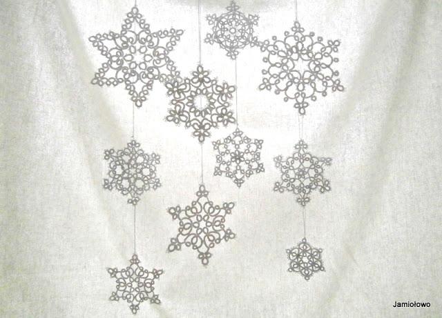 śnieżynki wykonane techniką frywolitki czółenkowej