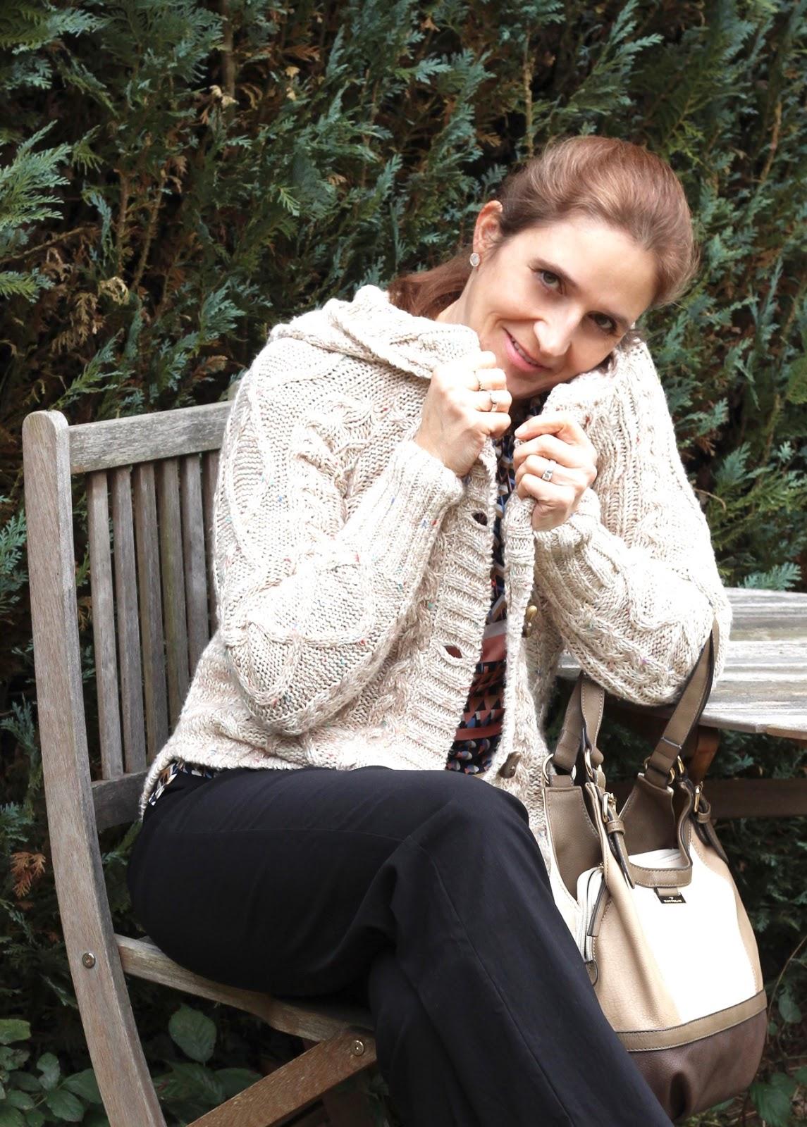 Fashion Friday again - ein wenig rose und musterhaft schick in den Frühling! Strickjacke von Review