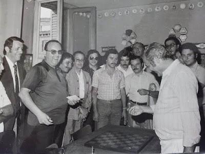 Mirando piezas de ajedrez en el VIII Campeonato de Ajedrez de Educación y Descanso 1956 (2)