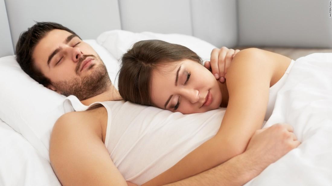 картинки девушка лежит на пузе у парня умелая сомневающаяся