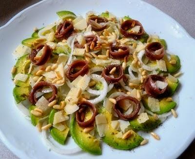 Carpaccio de aguacate con anchoas y parmesano
