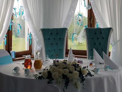 szklane kule w oknie - tło za Młodą Parą