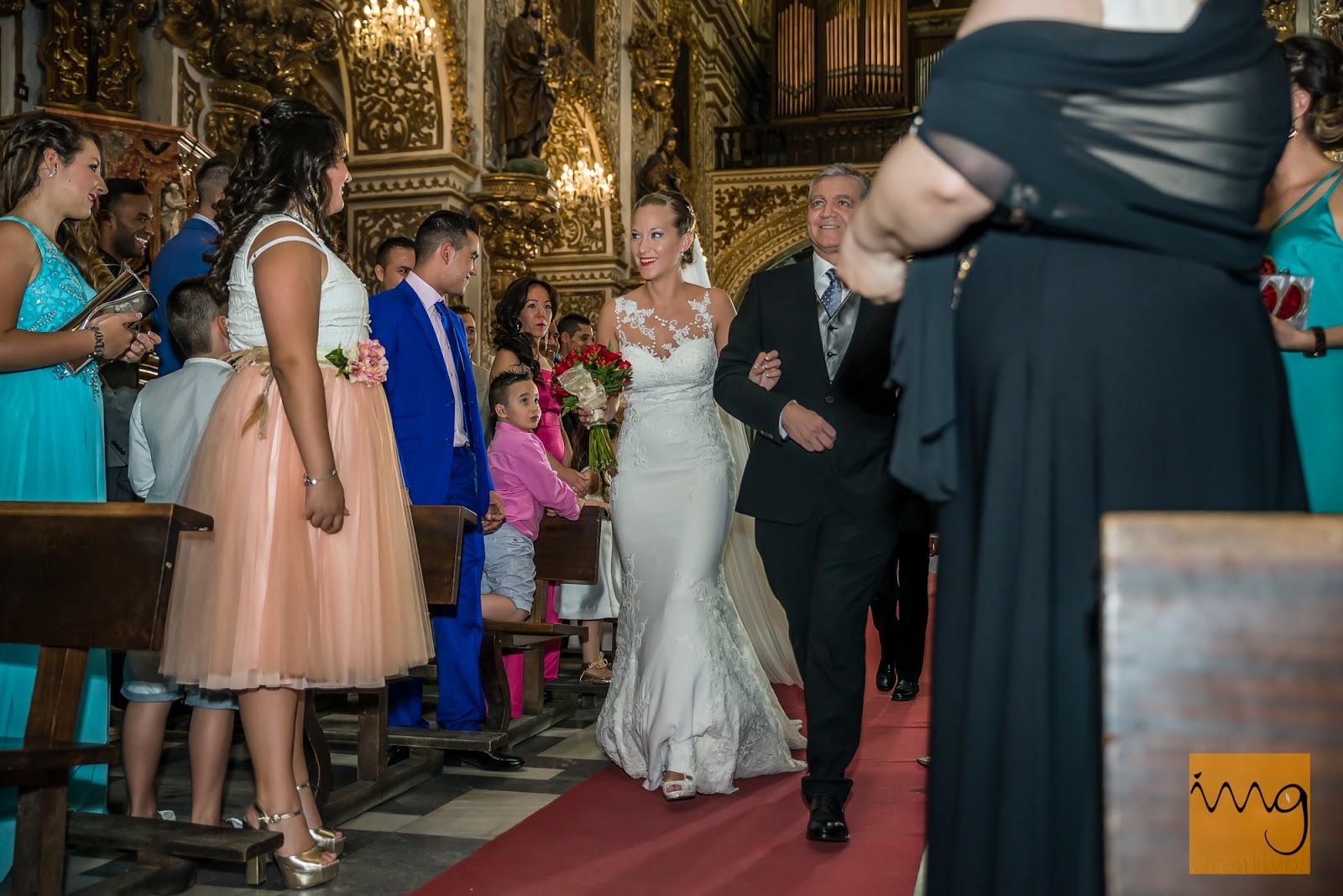 Fotografía espontánea de la entrada a la iglesia de la novia el día de su boda