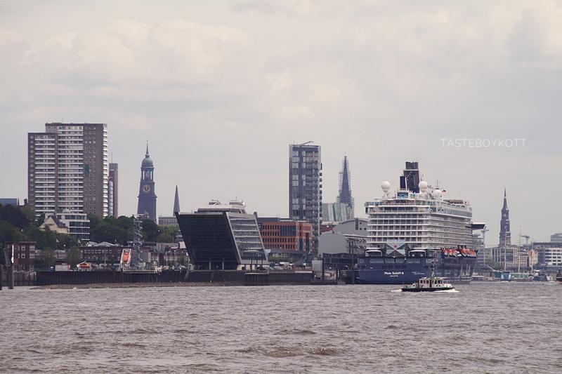 Hamburg The Dock Kreuzfahrtterminal Hafen Hafenrundfahrt Sommer