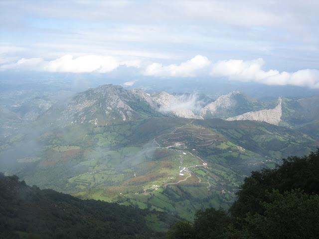 Rutas Montaña Asturias: Vista del Monsacro y área de Viapará desde la Cueña Les Cabres en la Vuelta a España